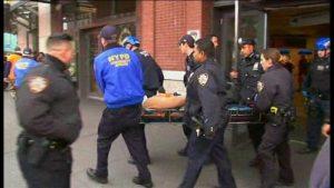 布鲁克林长岛火车撞站台 100多人受伤