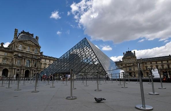 百年前遭巴黎公社纵火 卢浮宫主体奇迹幸存
