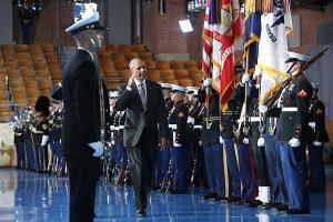 歐巴馬卸任前校閱部隊 儀隊士兵當場昏倒