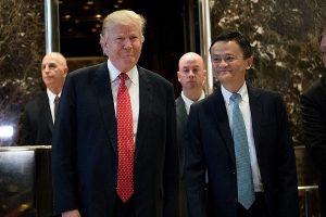 """川普首见中国企业家马云 亲送下楼称两人会谈""""很棒"""""""