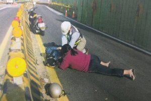 夫病發倒地 妻趴車道聲聲喚 工程師急救難挽回