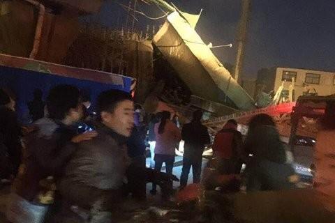 河南一高架橋坍塌致1死8傷