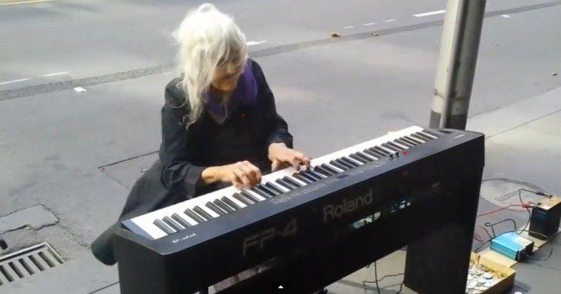 流浪老奶奶看到路边的钢琴就弹了起来,结果路人全听呆了!(视频)