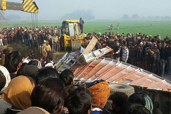 砂石車對撞校車 印度北方省逾24名學童喪命