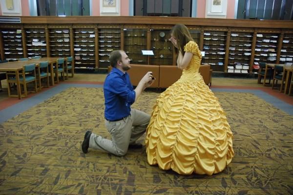 浪漫爆棚!美研究生親手縫金裙 《美女與野獸》式求婚成功