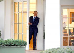 欧巴马拿信摆书桌 孤单背影离开白宫