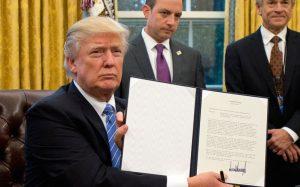 川普签署命令 美国正式退出TPP