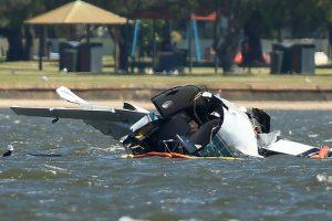 澳洲国庆飞机表演 突俯冲坠河 吓坏逾千观众(视频)