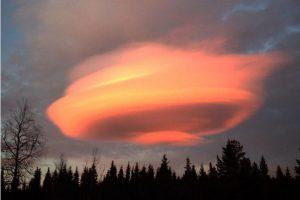 神秘火烧云现身 瑞典腾起巨大火红UFO(视频)