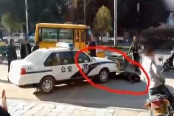 云南最牛碰瓷大爷 钻警车底讹两万元(视频)