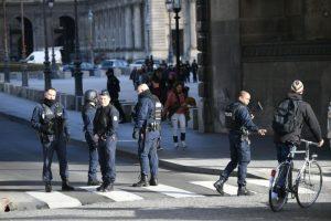 巴黎卢浮宫突发砍杀案 警匪搏击 涉恐袭