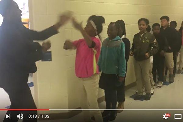 美教师以个人化动作与其打招呼 学生爱极了