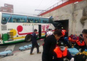 错估高度!搭载中国游客游览车卡涵洞21人轻重伤