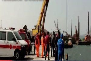 刹车不及?砂石车冲入台中港码头 司机失踪