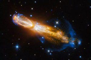 哈勃捕捉罕見天文現象 恆星爆炸劇烈噴發氣體塵埃 時速高達百萬公里