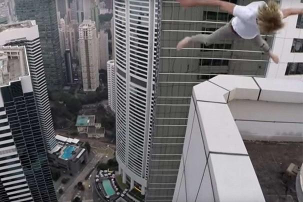 玩命炫酷  摩天大楼顶上空翻玩滑板
