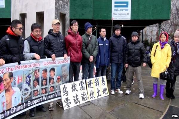 乌坎村民联合国前怒烧中共党旗