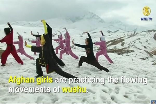 顶着寒风刺骨,忍受冷嘲热讽,阿富汗少女勤练武术