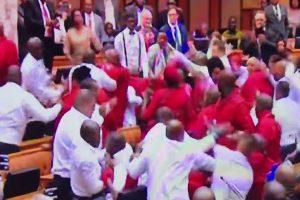 在野议员闹场杯葛 南非国会全武行爆群架(视频)