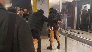 港男地铁掷汽油弹致18伤2危 狂喊:烧死你们