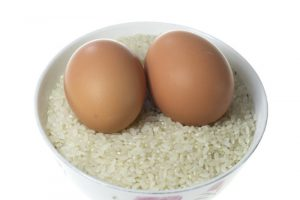 她把雞蛋放進大米裏,結果全家都驚呆了!從沒想到可以這樣做!
