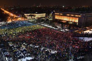 罗马尼亚连13天抗议 万人国旗拼图表诉求