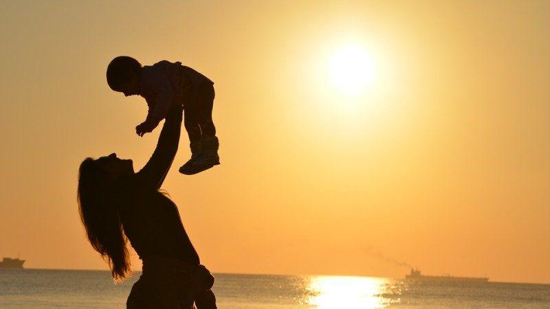 好文!一个单亲母亲,白天在富人家里做女佣,主人宴请宾客的晚上…