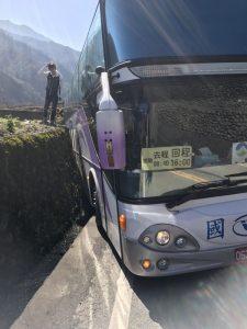 虚惊一场!赏樱专车擦撞山壁 40名乘客幸无人受伤