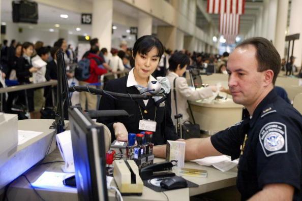 華女入境時綠卡被沒收 曾有犯罪紀錄