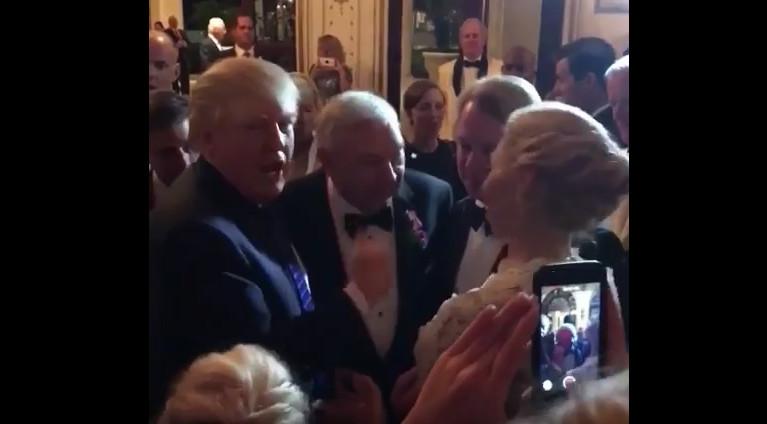 不请自来 川普现身婚礼现场祝福新人(视频)
