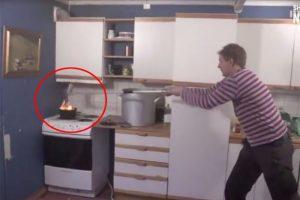 厨房着火千万别这样做 单纯盖锅盖还不行 正确的作法是轻柔滑盖!