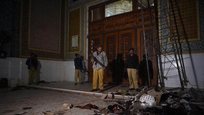 尸块鲜血横飞 巴清真寺遭恐袭 72死150伤