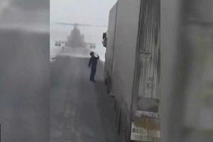 戰鬥直昇機飛行員迷航,直降高速公路攔司機問路