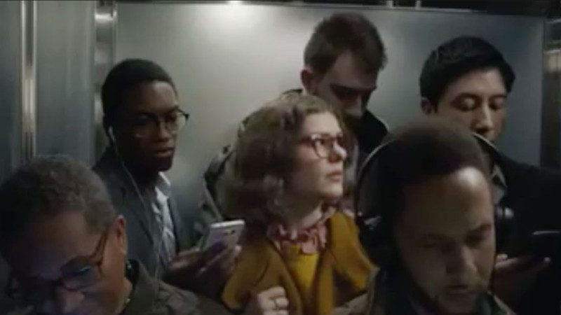周围每个人都是低头族!? 这名女子不叹气,用一个小妙招,让手机乖乖投降