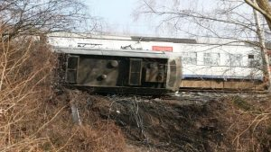 比利时火车出轨 1死27轻伤 死者非乘客