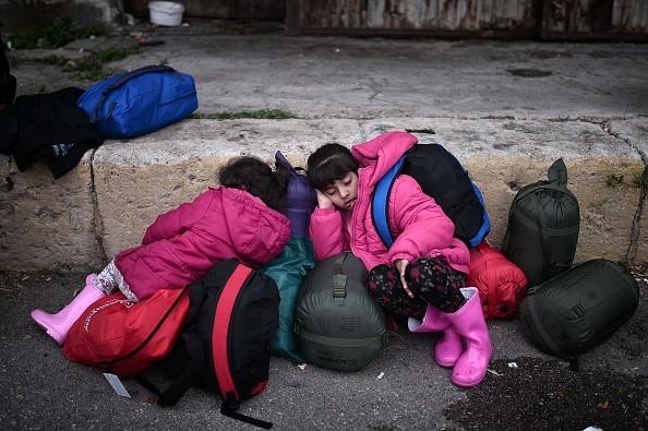 不畏严寒 入加拿大申请难民者劲增 加难民政策成焦点