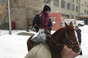 大雪阻交通 內蒙快遞員騎馬送件