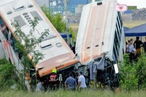阿根廷2辆巴士对撞 掉壕沟已知13死34伤