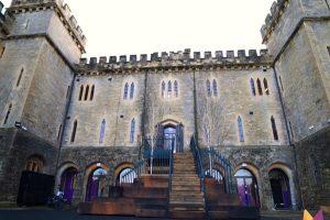 英国老板买下古迹城堡,员工工作像在渡假,享弹性上班早餐各项运动设施