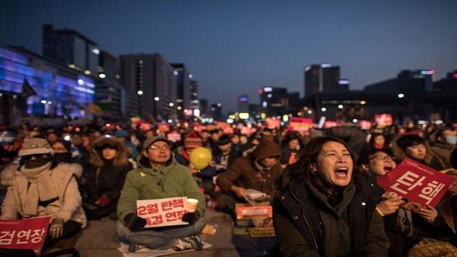 朴槿惠弹劾案前夕 反朴挺朴聚集首尔较量