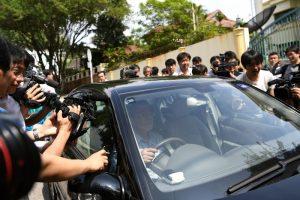 毒杀金正男犯众怒?朝鲜参赞被围堵 记者猛踢使馆车