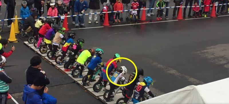 日本幼儿滑步车大赛,4岁童失误落后…没想到结局却让人肃然起敬!(视频)