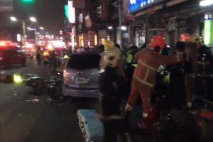 疑酒駕汽車暴衝 撞倒待轉區機車1死10多人傷