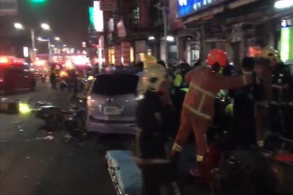 疑酒驾汽车暴冲 撞倒待转区机车1死10多人伤