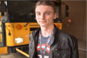 發現校車司機「頭很怪」 高中男生馬上救下38個孩子