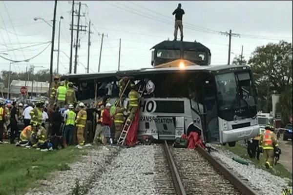 美超载巴士困铁轨 遭火车拦腰撞 已知4死35人伤