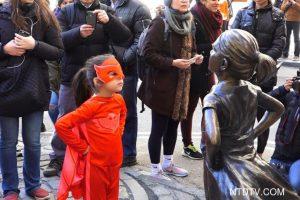 华尔街铜牛遇挑战 无惧女孩傲视世界