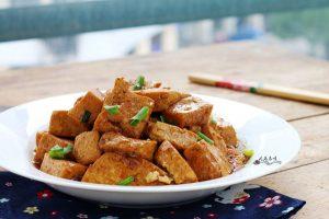 這道菜,湯汁中的鮮味都滲透到豆腐裡,咬一口,鮮汁四射!