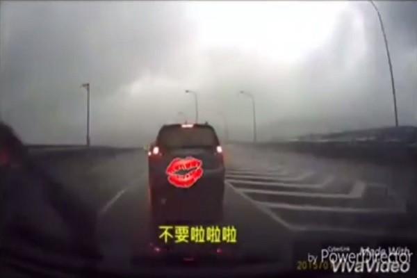 """变换车道下交流道 男子直呼""""不要不要""""结果…."""