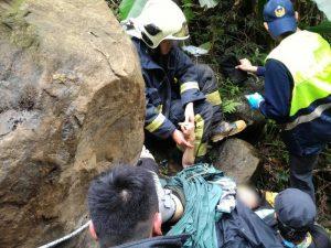 三峽區熊空橋2噸落石從天而降 女子雙腳被壓住